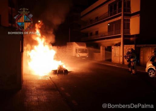 Uno de los contenedores, ardiendo en la calle Biniali, en Palma.