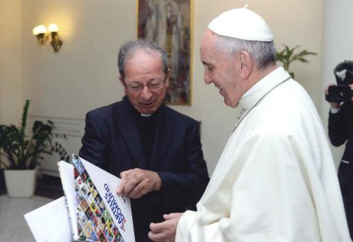 Anastasio Gil en 2016 presentando al Papa Francisco el libro por los 75 años del DOMUND.