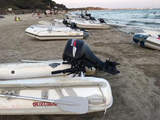 Imagen de varias embarcaciones de la empresa en la playa de ses Salines.