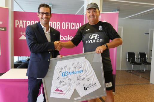 Joan Miquel Durán, consejero delegado de Conecta Balear, y el entrenador del Atlético Baleares, Manix Mandiola.