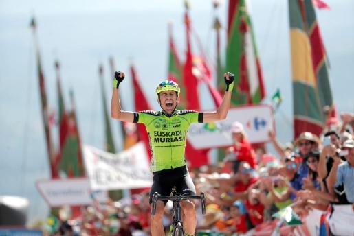 Óscar Rodríguez (Euskadi Murias) celebra la victoria en la decimotercera etapa de la Vuelta, disputada entre Candás y La Camperona (León).