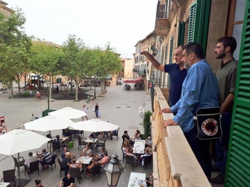 Jurado, Herrera y Tomàs estudiando la localización desde donde se leerá el pregón.