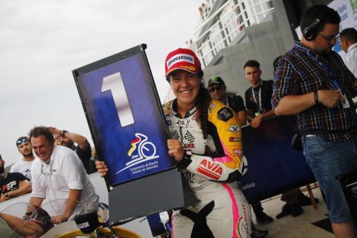 Pakita Ruiz celebra sonriente su victoria en el Campeonato de España tras la prueba celebrada en el circuito Ricardo Tormo.