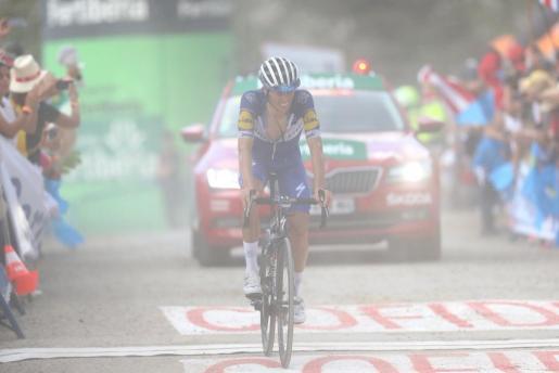Enric Mas cruza la meta tras un gran esfuerzo tras la gran etapa en los Lagos de Covadonga de la Vuelta a España.