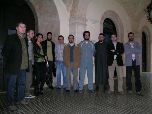 El 26 de febrero de 2008, poco después de que los vecinos de Felanitx mostrasen sus quejas por la apertura de una mezquita, los representantes de los partidos políticos se reunieron con la comunidad musulmana de Felanitx. Attaouil, cuarto por la izquierda, aparece junto a la mediadora cultural, el regidor Biel Tauler y otras personas.