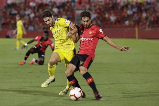 Salva Ruíz pugna por el control del balón ante un jugador del Cádiz.
