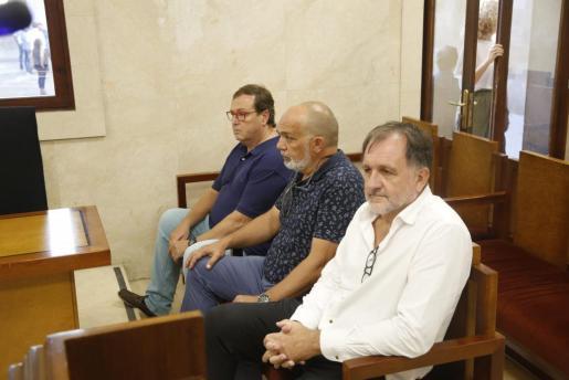 Francesc Buils, a la izquierda, junto al resto de los acusados, durante la vista.