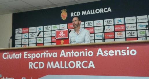 Vicente Moreno durante la rueda de prensa que ha ofrecido este mediodía en Son Bibiloni previa al encuentro copero de mañana ante el Real Oviedo.