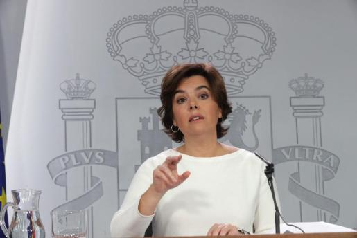 """GRAF160. MADRID, 13/10/2017.- La vicepresidenta del Gobierno, Soraya Sáenz de Santamaría, durante la rueda de prensa posterior al Consejo de Ministros en la que ha apuntado que si no hay una """"pronta solución"""" a la situación en Cataluña el Gobierno bajará la previsión de crecimiento económico para 2018, que actualmente está en el 2,6 %. EFE/Zipi Rueda de prensa tras Consejo de Ministros"""