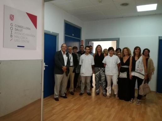 Patricia Gómez junto al personal y otras autoridades en la ianuguración de la Unitat Bàsica de Salut Centre en el Hospital General de Palma.
