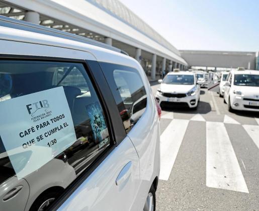 El pasado 31 de julio los taxistas de Baleares secundaron el paro de entre las 9.00 y las 14.00 horas para mostrar su apoyo a las organizaciones estatales contra la concesión de nuevas licencias VTC y para reclamar que se transfieran las competencias a las autonomías y a los ayuntamientos.