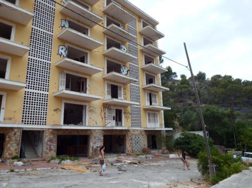 Vista del hotel Rocamar en el Port de Sóller, antes de su derribo.