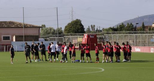 Imagen de la plantilla del Real Mallorca en el último entrenamiento antes de enfrentarse este martes al Oviedo.
