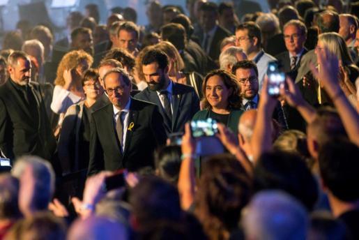 El presidente de la Generalitat Quim Torra (i), junto a la alcaldesa de Barcelona, Ada Colau (d) participa en el acto institucional con motivo de la Diada en el Palau de la Generalitat.