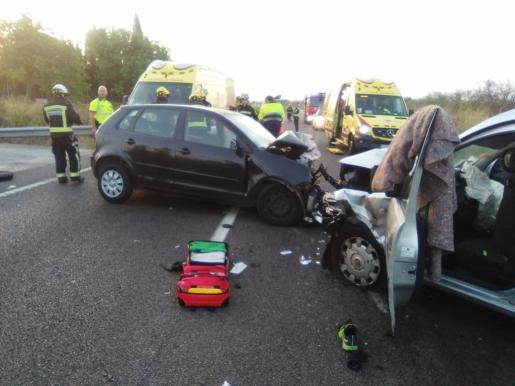 Los dos coches han chocado frontalmente.
