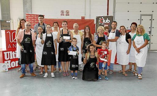 Imagen de los ganadores, familiares y miembros de la organización del concurso.