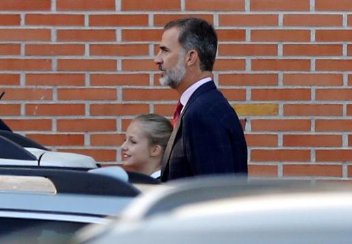 El rey Felipe VI y la princesa Leonor a su llegada al colegio Santa María de los Rosales.