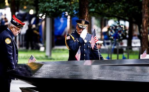 Un oficial se seca las lágrimas en el Memorial de los atentados del 11 de septiembre de 2001 durante la jornada que marca el 17 aniversario de los ataques, en Nueva York, Estados Unidos.