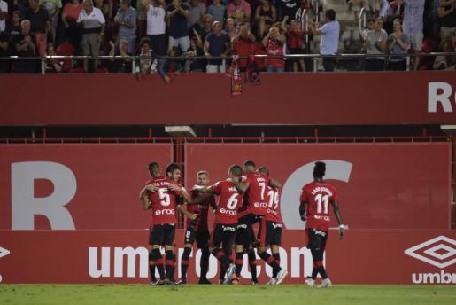 Los jugadores del Real Mallorca celebran el tanto de la victoria ante el Cádiz en Son Moix.