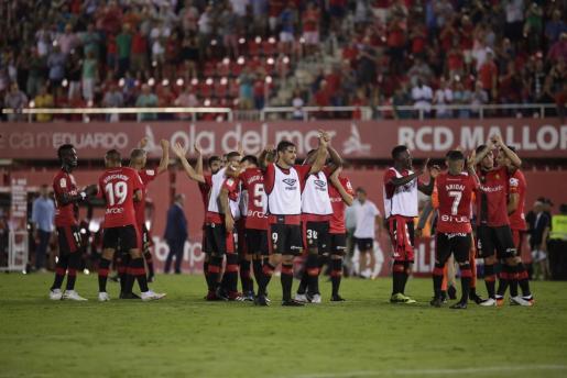 Los jugadores del Real Mallorca celebran sobre el césped de Son Moix.