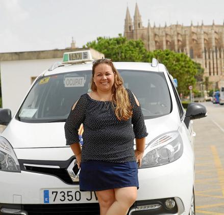 Viviana Bertalmio, en Palma con el taxi con el que empezó a trabajar hace 11 años.
