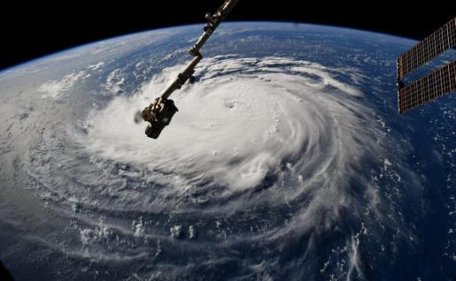 Fotografía cedida por el astonauta Ricky Arnold desde la Estación Espacial que muestra una vista del ojo del huracán Florence mientras prosigue su avance en aguas del Atlántico hacia las costas estadounidenses.