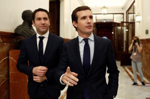 El presidente del PP, Pablo Casado (d), y el secretario general del PP, Teodoro García Egea, en los pasillos del Congreso donde este miércoles se celebra la sesión de control al Gobierno.