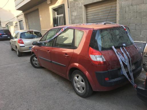 El coche precintado en el que el hombre dejó olvidada a su nieta con fatales consecuencias.