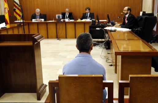 Imagen del juicio, con el acusado de espaldas.