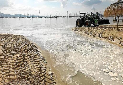 La «riada» arrastró parte de la arena de la playa.