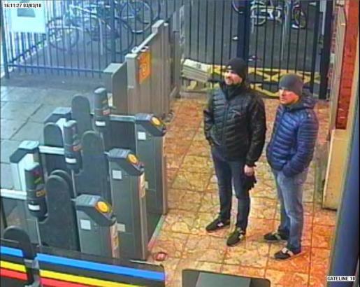Captura de un vídeoque muestra a los dos hombres señalados por el Reino Unido como sospechosos del envenenamiento del exespía ruso y de su hija en marzo pasado, en la estación de trenes de Salisbury en Londres.