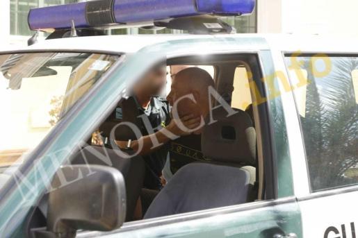 El francés, en el interior de un coche de la Guardia Civil de Es Mercadal tras ser detenido.
