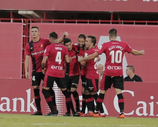 Los jugadores del Real Mallorca celebran el gol de la victoria ante el Oviedo en la Copa del Rey.