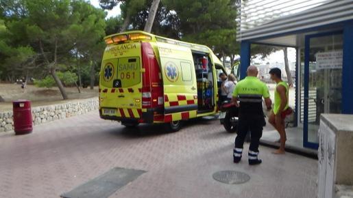 Una ambulancia del 061 trasladó a la joven herida a Son Espases.