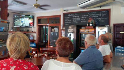 Imagen de los vecinos en la cafetería Almudaina