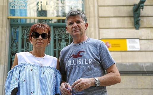 La tía y el padrino de Paula Fornés en la delegación del Gobierno.