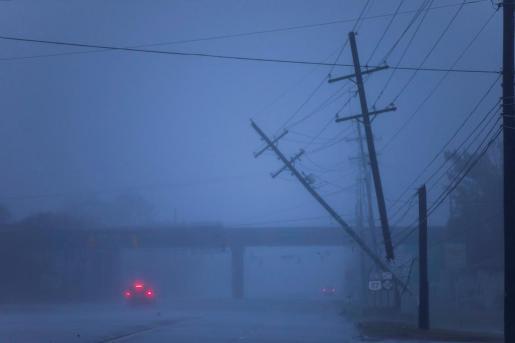 Postes de la luz semi caídos tras el paso del huracán Florence, en Wilmington, Carolina del Norte.