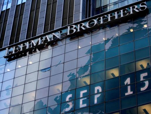 Imagen de archivo que muestra el logotipo del banco de inversiones estadounidense Lehman Brothers en la sede mundial de la compañía en Nueva York, el 15 de septiembre de 2008.