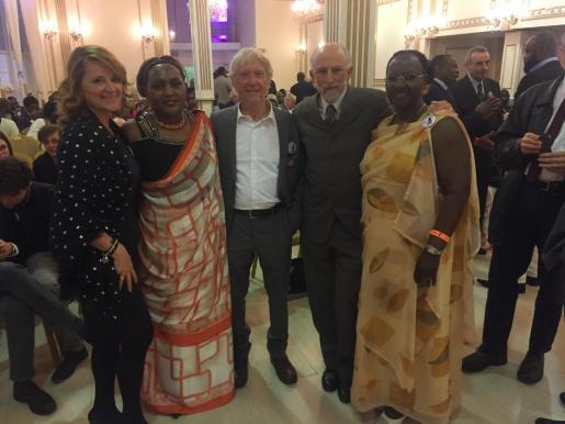 Rosa Estaràs entrega en el Parlamento Europeo los premios Victoire Ingabire. Representantes de las mujeres ruandesas con Rosa Estaràs, Manel Gomariz y Juan Carrero.
