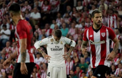 El jugador del Real Madrid Sergio Ramos se lamenta tras un error durante el partido ante el Athletic en San Mamés.