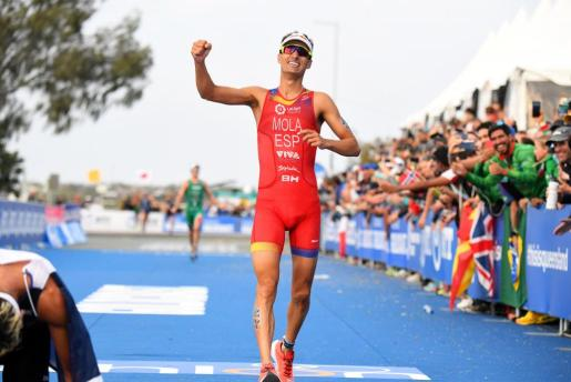 Gold Coast (Australia), 16/09/2018.- A handout photo made available by ITU Media of Spain's Mario Mola celebrating while crossing the finish line to win the Elite Men's division of the 2018 ITU World Triathlon Grand Final on the Gold Coast, Australia, 16 September 2018. (España) EFE/EPA/DELLY CARR HANDOUT AUSTRALIA AND NEW ZEALAND OUT HANDOUT EDITORIAL USE ONLY/NO SALES ITU World Triathlon Grand Final