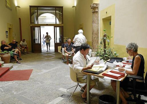 Propietarios de inmuebles, en la Conselleria de Turisme para dar de alta viviendas turísticas o pedir información.