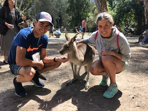 Mario Mola y Carol Routier, junto a un canguro durante su estancia en Australia.