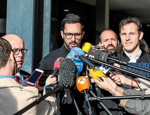 El rapero español Josep Miquel Arenas (c), conocido como Valtonyc, se dirige a los medios junto a sus dos abogados Gonzalo Boye (i) y Simon Bekaert (d) tras la sentencia de su juicio, en los juzgados de Gante (Bélgica).