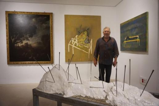 Horacio Arpe con algunas de sus obras.