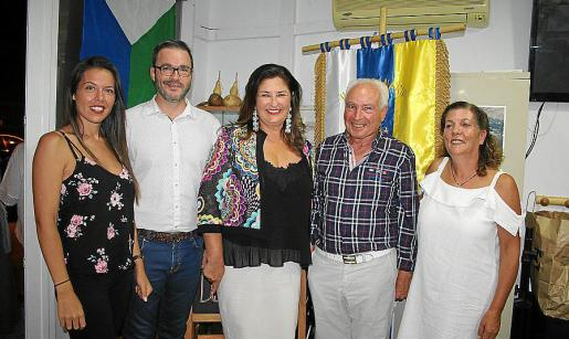 Davinia Quetglas, José Hila, la presidenta del Cabildo de El Hierro, Belén Allende; el presidente del Hogar Canario, José Miguel Martín; y Juani Quintero.