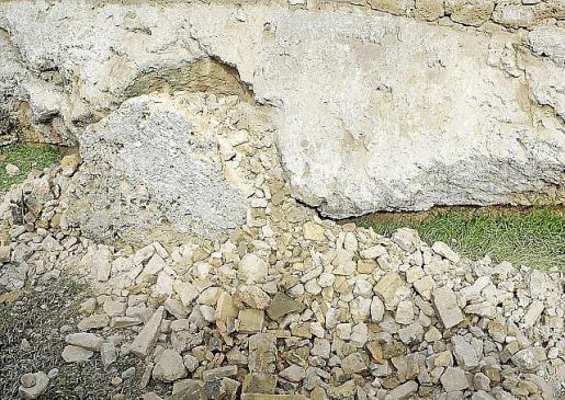 Detalle del material caído en el foso del recinto amurallado.