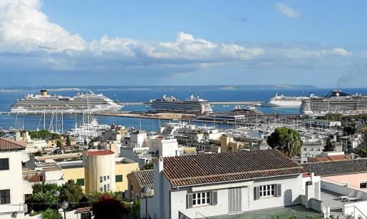 Imagen del puerto de Palma este martes con los cinco buques de crucero amarrados de forma simultánea.