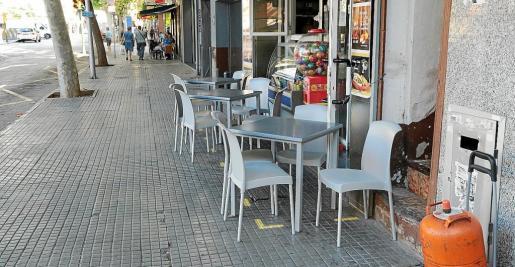Cort está pintando el espacio que podrán ocupar las terrazas y en muchas no cabe prácticamente ni la mesa.