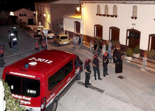Agentes de la Policía Foral en las inmediaciones del lugar en el que tres personas han resultado muertas en un tiroteo.